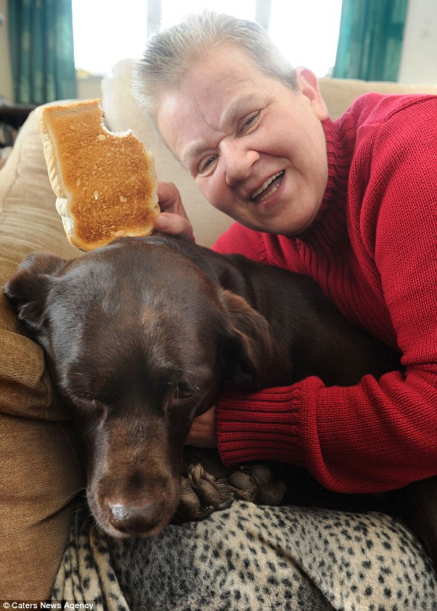 A cadela notou que sua tutora estava engasgada. (Foto: Reprodução / Daily Mail uk)