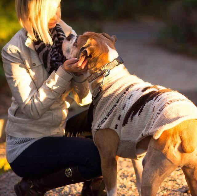 Riina Cooke com o boxer Romeo. (Foto: Reprodução / Facebook)