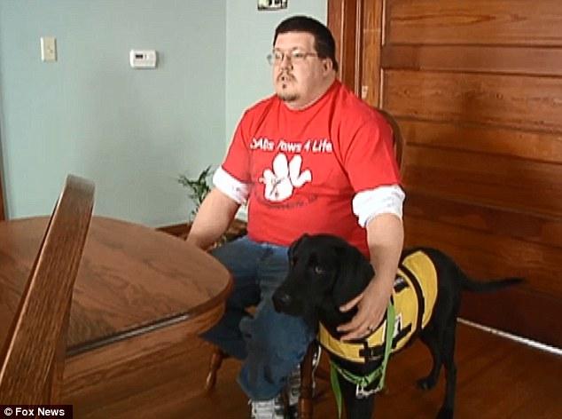 Robert McVey treinou seu próprio cachorro para ajuda-lo com a diabetes. (Foto: Reprodução / Fox News)