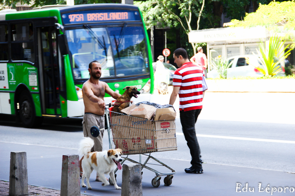 edu-leporo-familia-paulista-moradores-rua-caes-serie-01