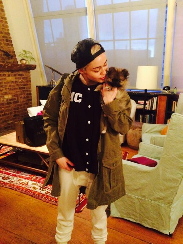 MIley Cyrus doou o cachorrinho Moonie. (Foto: Reprodução / Twitter)