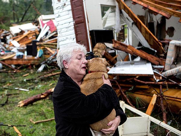 Mulher reencontra seu cachorro após tornado destruir sua casa. (Foto: Reprodução / People Pets)