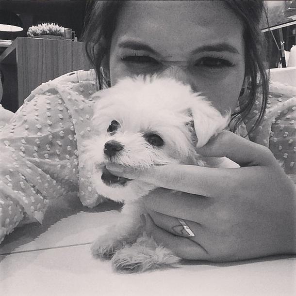 Bruna Marquezine brincando com a cachorrinha. (Foto: Reprodução / Instagram)