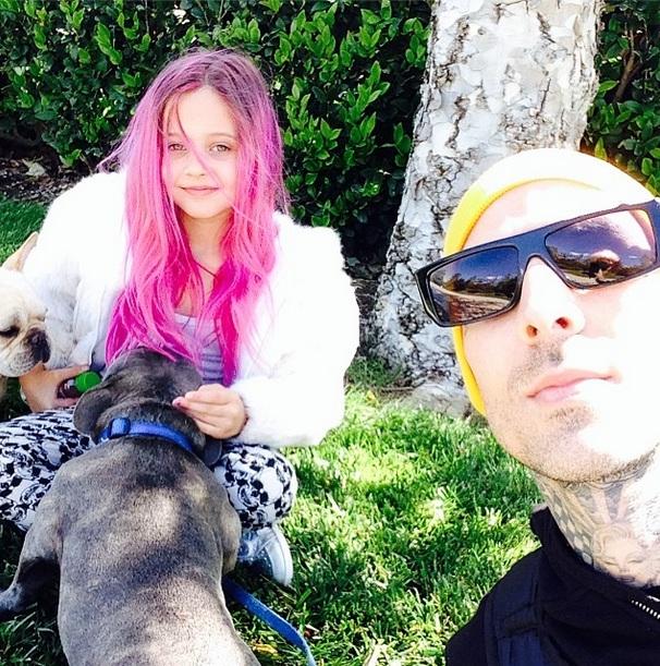 Travis, sua filha Alabama Luella e seus buldogues, Blue e Paris. (Foto: Reprodução / Instagram)