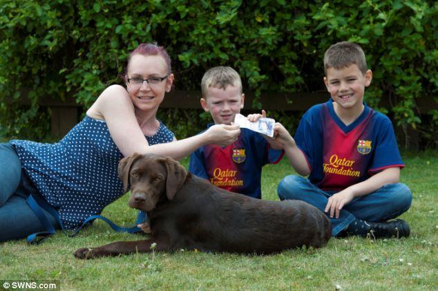 O labrador Murphy, Donnah e os filhos Toby e Oliver. (Foto: Reprodução / Daily Mail uk)