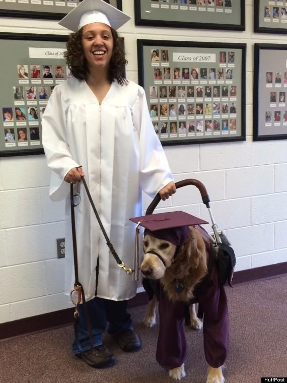 O cão Walton vai acompanhar Desi em sua formatura. (Foto: Reprodução / HUffington Post)