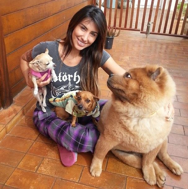 Jaque Khury com seus cachorros Amir, Iudi e Tody. (Foto: Reprodução / Instagram)