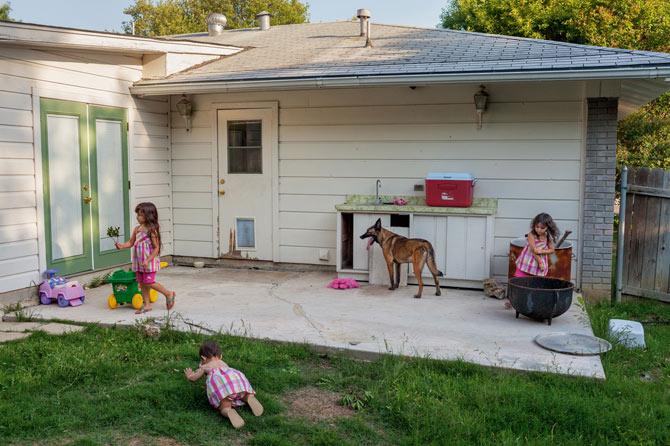 Após diversos combates, a cachorra aposentada  Kimberley vive com uma nova família no Texas. Muitos cães militares aposentados são colocados para adoção. (Foto: Reprodução / Adam Ferguson / National Geographic)