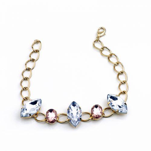 Coleira corrente banhada a ouro com pedras cristal e rosa. (Foto: Divulgação / Little Things)