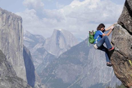 A cachorra acompanhando Dean Potter em escalada. (Foto: Divulgação / Site Dean Potter)