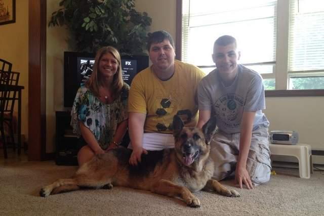 Reencontro da cachorra Angel com a família. (Foto: Reprodução / Coshocton Tribune)