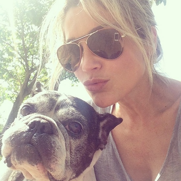 Flávia Alessandra com o cachorro Manolo. (Foto: Reprodução / Instagram)