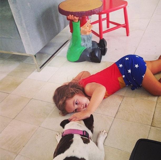 Olívia, filha de Flávia Alessandra, com a cachorra Lola. (Foto: Reprodução / Instagram)
