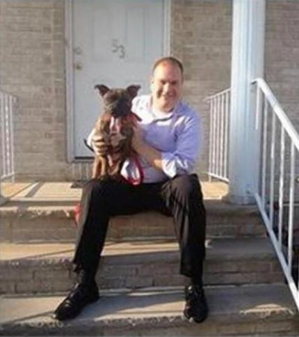 John Mancuso com o pitbull Tiger. (Foto: Reprodução / NY Daily News)