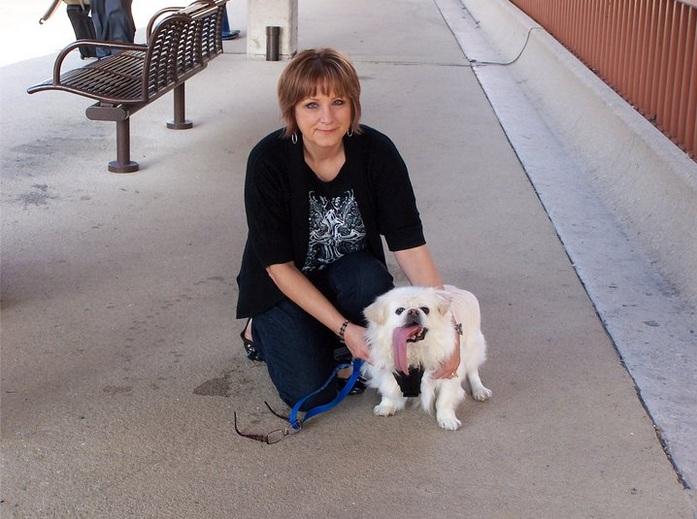 Puggy com sua tutora, Becky Stanford. (Foto: Reprodução / Facebook)