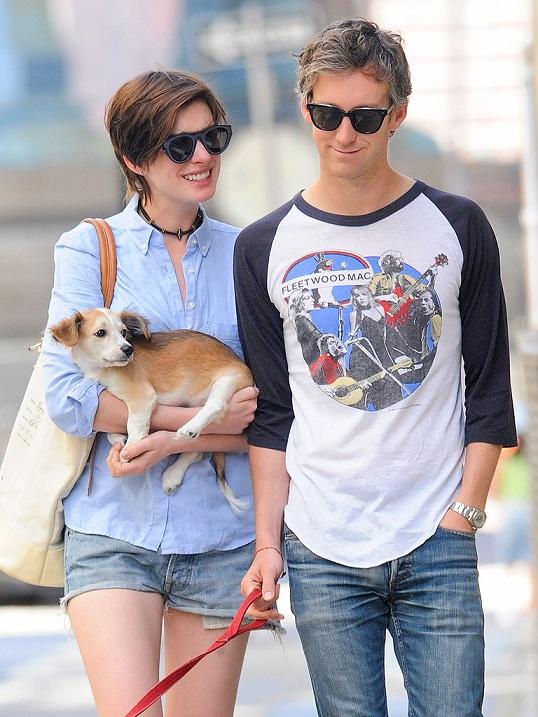 Anne Hathaway passeando com o marido, Adam Shulman, e um novo cachorro. (Foto: Reprodução / People Pets)