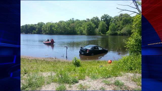 Carro sendo retirado do lago. (Foto: Reprodução / My Fox Boston)