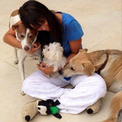 Carol Dias com seus cachorros. (Foto: Reprodução / Instagram)