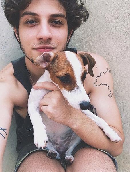 Chay Suede com a cachorra Penny Lane. (Foto: Reprodução / Instagram)