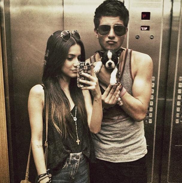Manu Gavassi e Chay Suede com a cachorra Yoko, quando ainda era filhotinha. (Foto: Reprodução / Instagram)