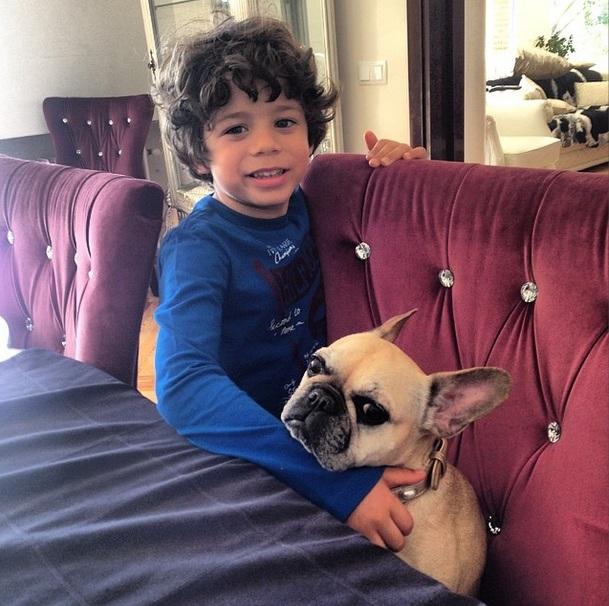 Seu filho, Enzo, com o Buldogue Francês, Uly. (Foto: Reprodução / Instagram)