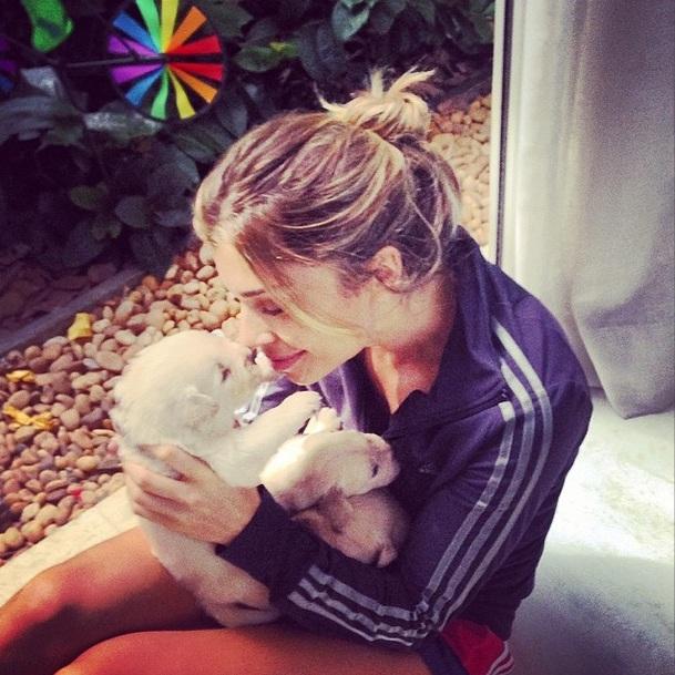 Ela está encantada com os cachorrinhos.  (Foto: Reprodução / Instagram)