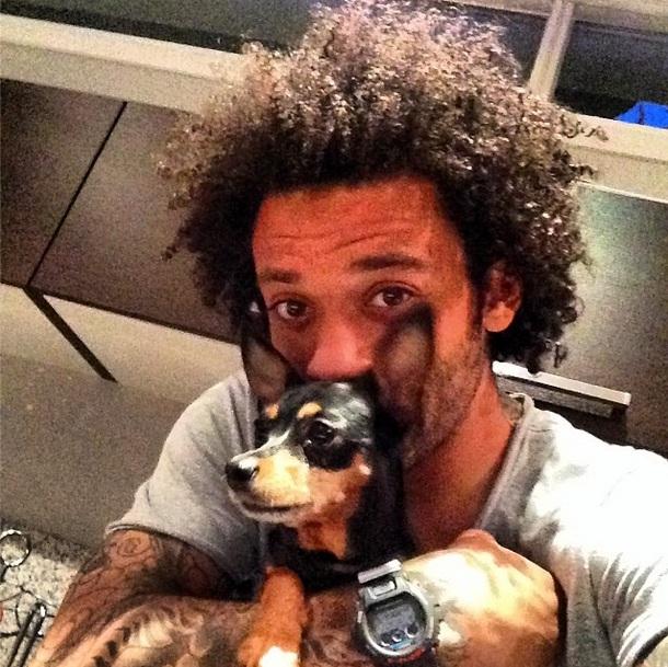 Marcelo com a Pinscher Bella. (Foto: Reprodução / Instagram)