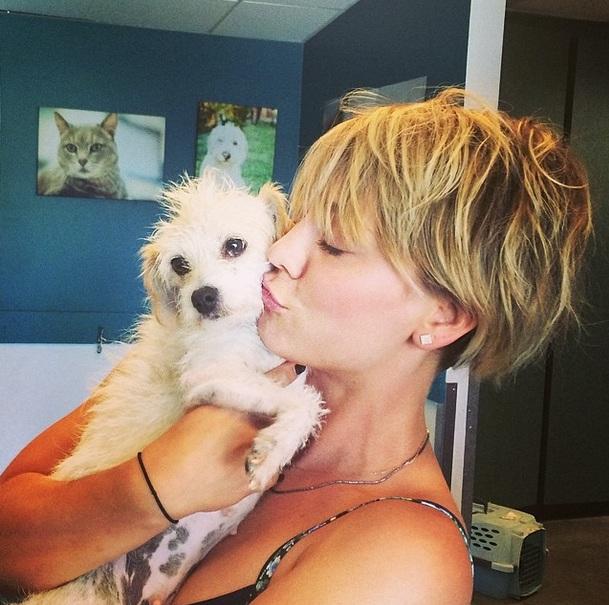 Kaley Cuoco adotou a cachorra Ruby. (Foto: Reprodução / Instagram)