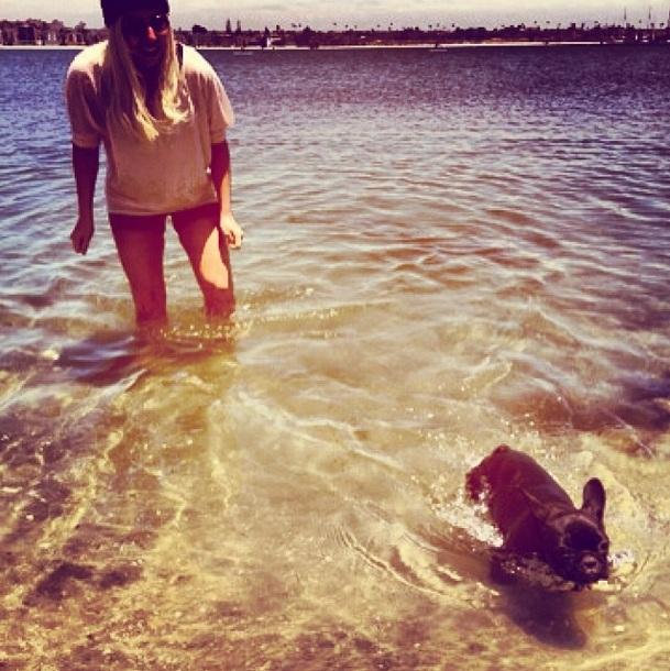 Lady Gaga com a cadela Asia no mar.  (Foto: Reprodução / Instagram)