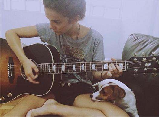 A Jack Russell Terrier, Penny Lane, vendo Manu Gavassi ensaiar. (Foto: Reprodução / Instagram)