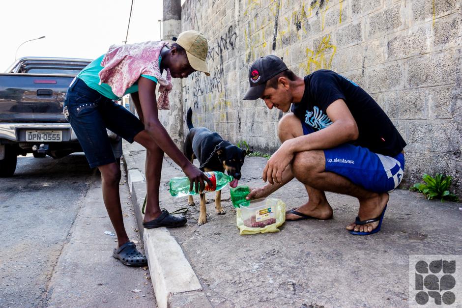 Moradores de rua e seus cães. Foto: Edu Leporo