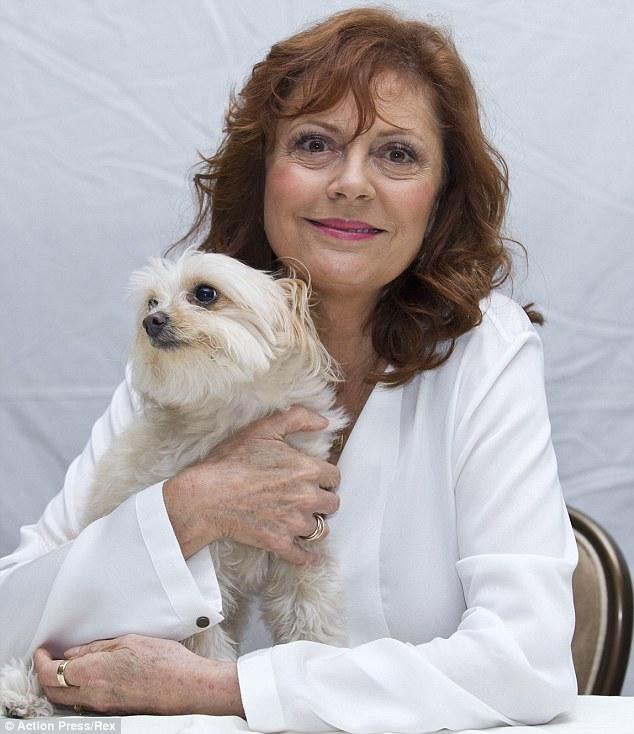 Susan Sarandon levou sua cachorra Penny para uma coletiva de imprensa. (Foto: Reprodução / Daily Mail uk)