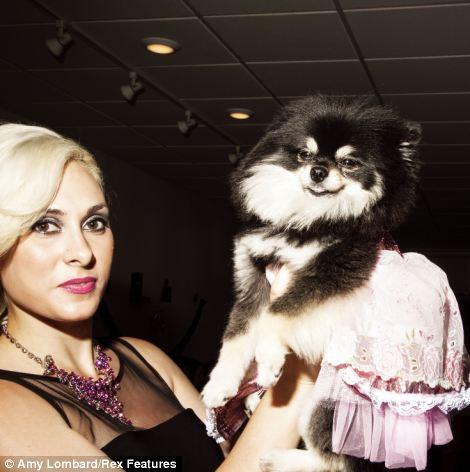 Victoria Viscardi com a cachorra Gia Marie, que foi a rainha do baile de 2013. (Foto: Reprodução / Amy Lombard / Daily Mail uk)