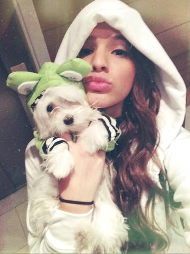 Bruna Marquezine com sua cachorra Luna. (Foto: Reprodução / Instagram)