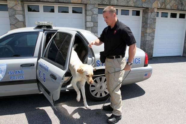 O detetive Adam Houston com o cão Thoreau. (Foto: Reprodução / Providence Journal)