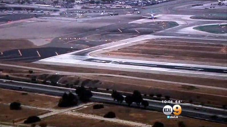 Um cachorro fugiu e invadiu duas pistas do Aeroporto Internacional de Los Angeles. (Foto: Reprodução / Los Angeles Times)