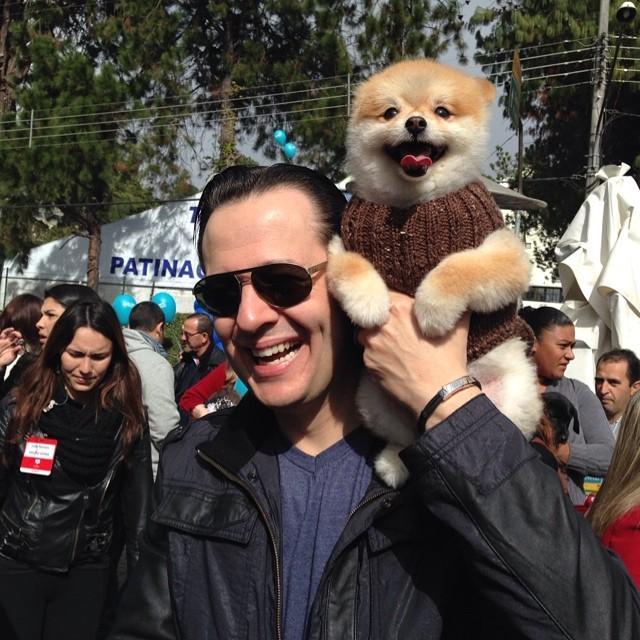Celso Zucatelli e Paçoca estiveram no passeio de cães em Campos do Jordão. (Foto: Reprodução / Facebook / Celso Zucatelli)