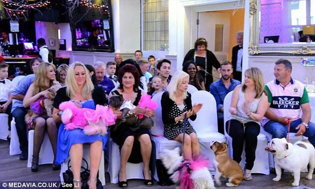 Convidados da festa de aniversário da cachorra Lola. (Foto: Reprodução / Daily Mail uk)