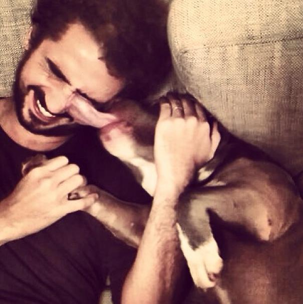 Felipe Andreoli recebendo uma lambida do cão Xavier. (Foto: Reprodução / Instagram)