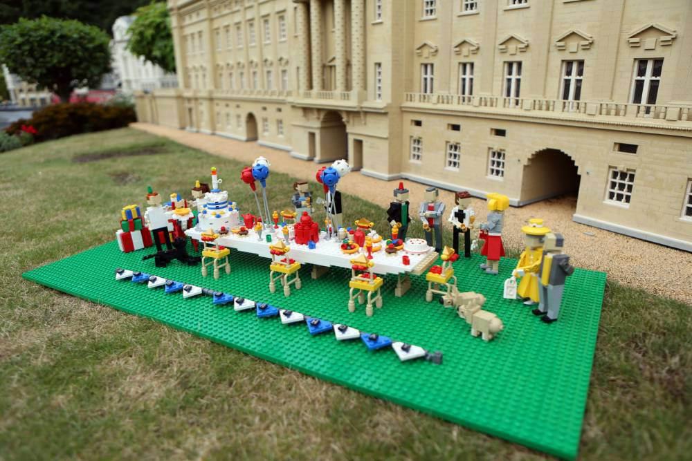 Versão feita em lego da festa de aniversário do príncipe George. (Foto: Reprodução / Metro UK)
