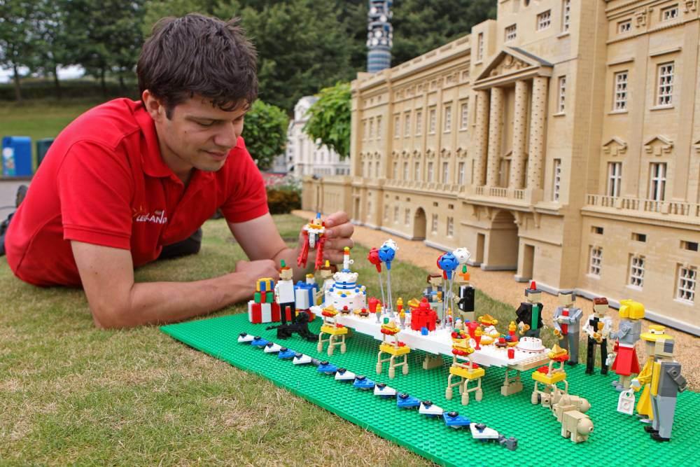 Marco Mirano criou essa versão da festa em lego. (Foto: Reprodução / Metro UK)