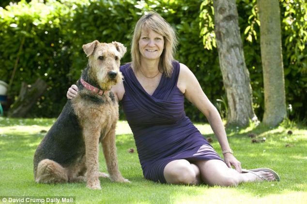 Janice Care com seu cão Zoe, da raça Airedale. Ele tem 12 anos e foi diagnosticado com demência há 1 ano. (Foto: Reprodução / Daily Mail uk)
