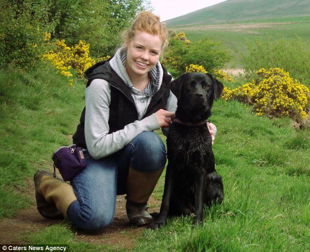 Karen Stanfield com sua cachorra Ruby, que é alérgica a diversas coisas. (Foto: Reprodução / Daily Mail uk)
