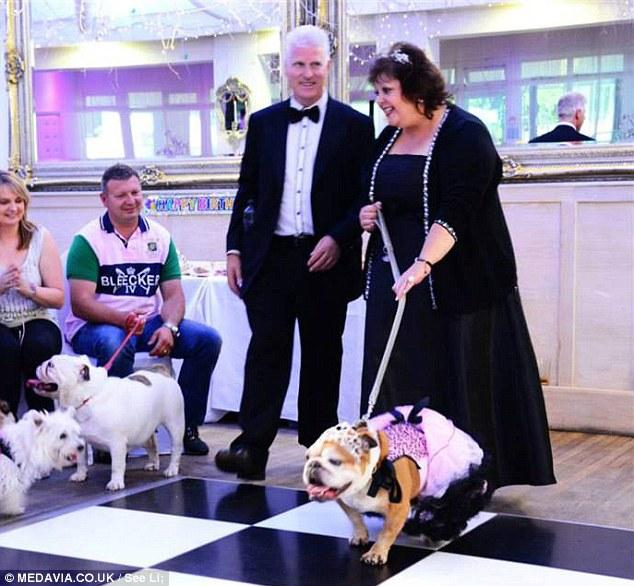 A cachorra Lola e sua tutora Karen Chamberlain chegando na festa de aniversário. (Foto: Reprodução / Daily Mail uk)