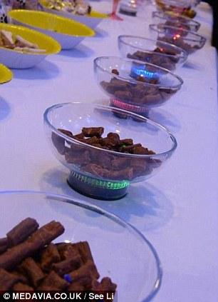 Petiscos em potinhos individuais para os convidados caninos. (Foto: Reprodução / Daily Mail uk)