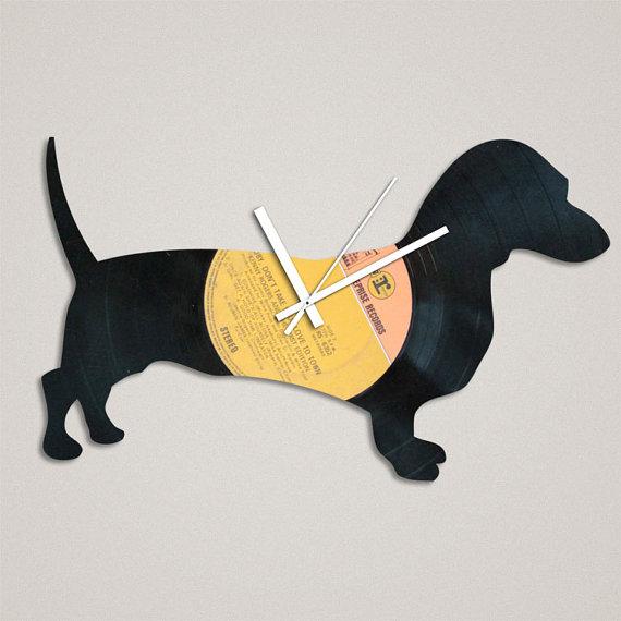 Relógio de parede em formato de dachshund (Foto: Reprodução / Etsy)