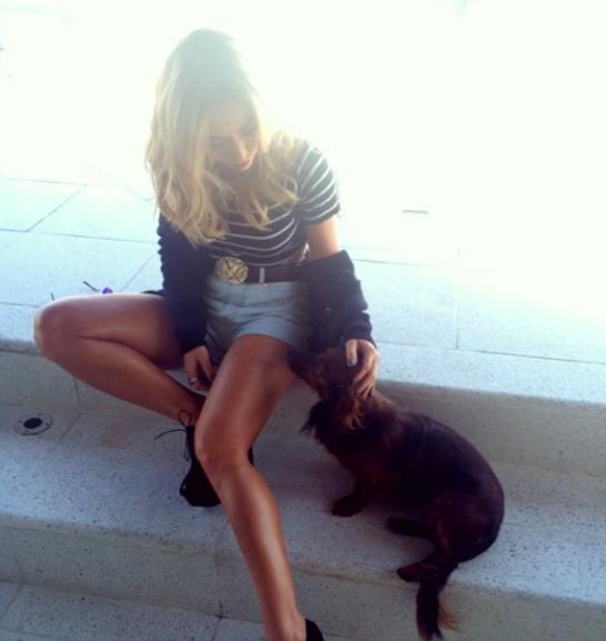 Sabrina com o cachorro Bernardo. (Foto; Reprodução / Instagram)