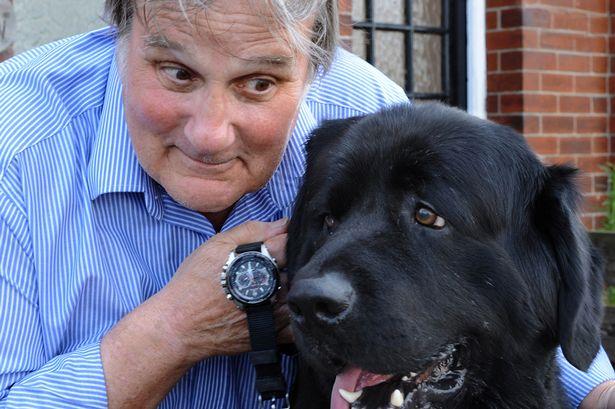 O cachorro Charlie engoliu o relógio de seu tutor. (Foto: Reprodução / Mirror uk)