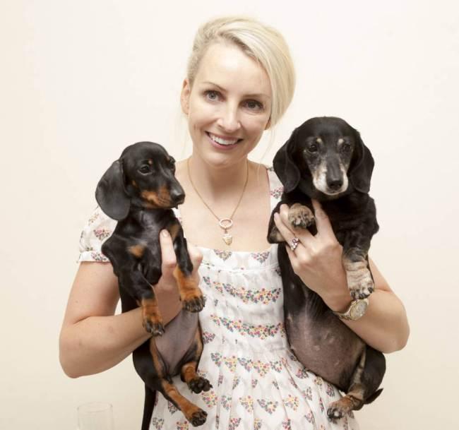 Rebecca Smith com suas cachorras Mini-Winnie e Winnie. (Foto: Reprodução / Metro uk)