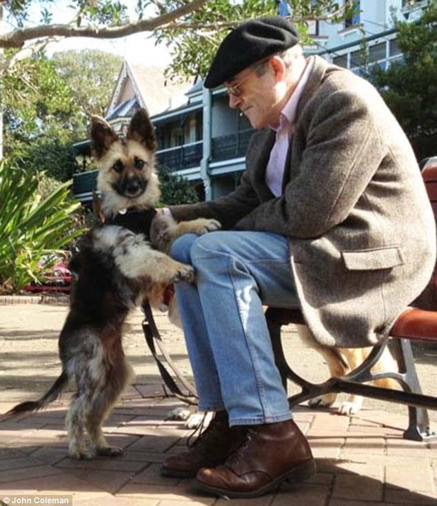 John Coleman com o cão Tiger, que nasceu com uma mutação genética chamada nanismo. (Foto: Reprodução / Daily Mail UK)
